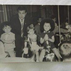 Fotografía antigua: MINUTERO DE FOTOGRAFO DE FERIA: NIÑOS EN CABALLITOS DEL TIOVIVO, 1964. Lote 171568832
