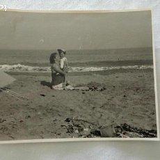 Fotografía antigua: FOTO DE MUJER CON NIÑO EN LA PLAYA, TIENDA DE CAMPAÑA. Lote 171569882