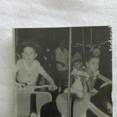 Fotografía antigua: MINUTERO DE FOTOGRAFO DE FERIA: NIÑOS EN VESPA Y CABALLITO DEL TIOVIVO. Lote 171614114
