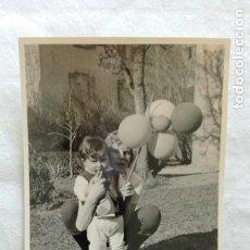 Fotografía antigua: FOTO DE NIÑOS CON GLOBOS. Lote 171627868