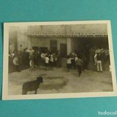 Fotografía antigua: FOTOGRAFÍA FIESTA POPULAR VAQUILLA. FORMATO 7,5 X 10,5 CM. Lote 171638975