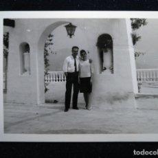 Fotografía antigua: ALICANTE BENIDORM 1963 DE PASEO. Lote 171641724