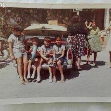 Fotografía antigua: FOTO DE NIÑOS CON COCHE DE EPOCA, Y MOTO. Lote 171645354