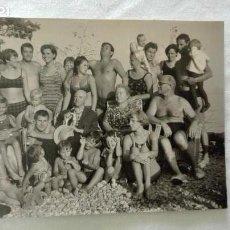 Fotografía antigua: FOTO DE FAMILIA AL COMPLETO EN BAÑADOR . Lote 171647087
