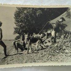 Fotografía antigua: FOTO DE JOVENES EN BAÑADOR CON PERRO PASTOR ALEMAN. Lote 171696299