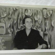Fotografía antigua: FOTO DE SEÑORA CON RADIO DE ÉPOCA EN FORMA DE BOLSO. Lote 171707570