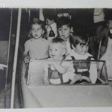 Fotografía antigua: MINUTERO DE FOTOGRAFO DE FERIA: NIÑOS EN COCHE DEL TIOVIVO, 1967. Lote 171779462