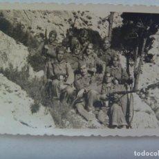 Fotografía antigua: FOTO DE MILITARES POSANDO CON FUSIL MAUSER . AÑOS 40 . Lote 171802985