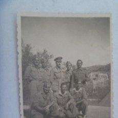 Fotografía antigua: FOTO DE MILITARES POSANDO CON SU OFICIAL. EN ALPARGATAS. PAYÁ , 1947. Lote 171811442