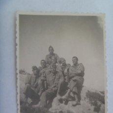 Fotografía antigua: FOTO DE MILITARES POSANDO CON MONO Y ALPARGATAS. PAYÁ , 1947. Lote 171818960