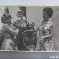 Fotografía antigua: FOTO DE SEÑORAS MONTANDO A UN BEBE EN UN BURRO. Lote 171823495