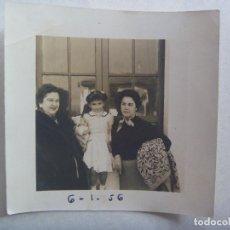 Fotografía antigua: FOTO DE SEÑORAS Y NIÑA CON MUÑECA , 1956 . DE FOTO SERVA, SEVILLA. Lote 171827349