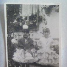 Fotografía antigua: FOTO FERIA : NIÑAS VESTIDAS DE FLAMENCA. Lote 171842214