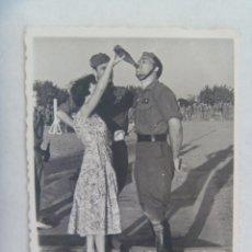 Fotografía antigua: FOTO DE ALFEREZ PROVISIONAL DE CABALLERIA BEBIENDO VINO A MORRO QUE LE OFRECE UNA SEÑORITA. Lote 171844829