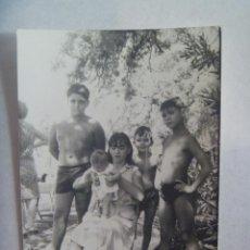 Fotografía antigua: FOTO DE NIÑOS EN BAÑADOR , NIÑA CON BEBE. Lote 171882999