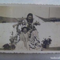 Fotografía antigua: FOTO DE LA FERIA , SEÑORITAS VESTIDAS DE FLAMENCA . AÑOS 40. Lote 171962914