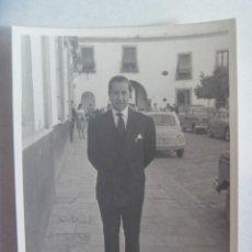 Fotografía antigua: FOTO DE SEÑOR TRAJEADO EN EL PATIO DE BANDERAS DE SEVILLA, DETRAS SEAT 600. Lote 228131700