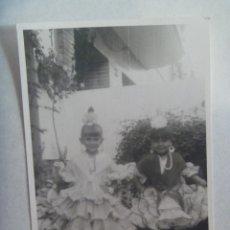Fotografía antigua: FOTO FERIA : NIÑAS VESTIDAS DE FLAMENCA. Lote 171970172