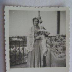 Fotografía antigua: FOTO DE SEÑORITA CON MANTON DE MANILA Y MANTILLA BLANCA , AÑOS 40. Lote 171974594