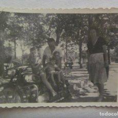 Fotografía antigua: FOTO DE NIÑO MONTADO EN UNA MOTO DE EPOCA MATRICULA DE SEVILLA. Lote 171975860