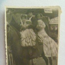 Fotografía antigua: MINUTERO DE FOTOGRAFO DE FERIA : FAMILIA, NIÑA Y MADRE VESTIDAS DE FLAMENCA EN CABALLITO DE CARTON. Lote 171976902