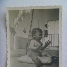 Fotografía antigua: FOTO DE UN BEBE TAL SE VE EN LA AZOTEA. Lote 171994989