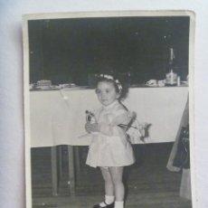 Fotografía antigua: FOTO DE NIÑA EN BODA CON LOS MUÑECOS DE LOS NOVIOS DE LA TARTA . DE JIMENEZ, IRUN ... 10,5 X 14,5 CM. Lote 171997564