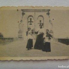 Fotografía antigua: FOTO DE SACERDOTE Y ACOLITOS CON VESTIDURAS EN EL TEJADO DE IGLESIA, AL FONDO LA ESPADAÑA. Lote 172001870