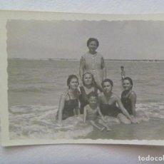 Fotografía antigua: FOTO DE MUJERES Y NIÑO EN BAÑADOR EN LA PLAYA . SANLUCAR DE BARRAMEDA, 1956. Lote 172003089
