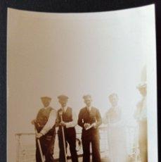 Fotografía antigua: CTC - AÑOS 20 - INTERESANTE FOTOGRAFIA DE PASAJEROS JUGANDO AL SHUFFLEBOARD EN CUBIERTA DE BARCO. Lote 172221633