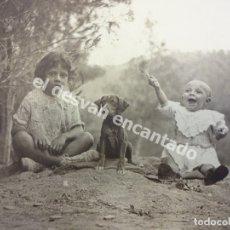 Fotografía antigua: NIÑOS POSANDO CON PERRO. BONITA FOTOGRAFÍA 24X18 CTMS (SIN CONTAR PASPARTU). AÑOS 1930S. Lote 172298365