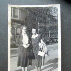 Fotografía antigua: AÑO 1950. BARCELONA. ANTIGUA FOTOGRAFÍA. PLAZA CALVO SOTELO.. Lote 172787442
