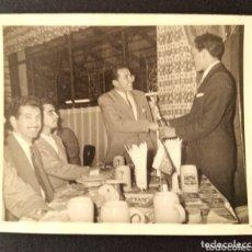 Fotografía antigua: CTC - AÑO 1959 - HOMBRES ELEGANTES EN RESTAURANTE RINCON DE BAVIERA - CARACAS - VENEZUELA - AÑOS 50. Lote 172801453