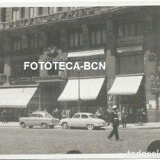 Fotografía antigua: FOTO ORIGINAL MADRID GRAN VIA HOTEL AVENIDA POLICIA MUNICIPAL COCHE AUTOMOVIL AÑOS 50. Lote 172959130