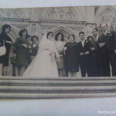 Fotografía antigua: FOTO DE BODA , NOVIOS Y FAMILA ANTE LA PARROQUIA. DE EVARISTO GUERRA , BADAJOZ. Lote 173549284