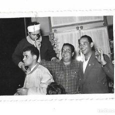 Fotografía antigua: ANTIGUA FOTOGRAFIA. 1956. VIII VUELTA A ASTURIAS. LUARCA. FOTO IBERIA. 10 X 7CM. Lote 175566789