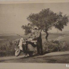 Fotografía antigua: ANTIGUA FOTOGRAFA.CHICO Y VESPA.SCOOTER LAMBRETTA.CUESTA DEL ESPINO.CORDOBA 1958.. Lote 175727088