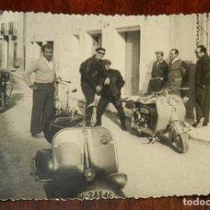 Fotografía antigua: ANTIGUA FOTOGRAFIA DE GRUPO CON MOTO VESPA SCOOTER Y LAMBRETTA, MIDE 10 X 7,2 CMS.. Lote 175756823