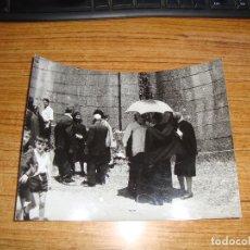 Fotografía antigua: (ALB-TC-150) FOTOGRAFIA ORIGINAL PRENSA EL PARROCO DE GENDE HABLA CON UNOS ROMEROS. Lote 175901812