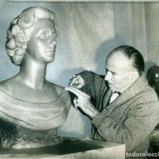 Fotografía antigua: ESCULTOR RAMÓN MATEU Y BUSTO REINA FABIOLA DE BÉLGICA. AÑO 1960. FOTO DE AGENCIA.. Lote 176128093