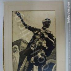 Fotografía antigua: FOTOGRAFÍA ANTIGUA. VENDEDOR AMBULANTE ÁRABE. LARACHE MARRUECOS 1953. (14 CM X 9 CM). Lote 176561968