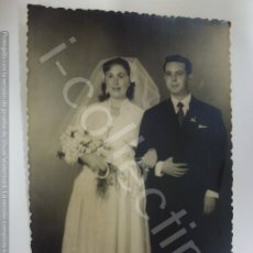 Fotografía antigua: FOTOGRAFÍA ANTIGUA. BODA EN 1955. SELLO FOTO AS. (8,9 CM X 9 CM). Lote 176726892