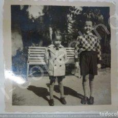 Fotografía antigua: FOTOGRAFÍA ANTIGUA. NIÑOS EN ENERO 1934. (6 CM X 6 CM). Lote 176730587