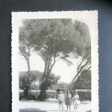 Fotografía antigua: AÑO 1960. RETIRO, MADRID. ANTIGUA FOTOGRAFÍA. 12 X 8,4 CM. . Lote 176822602