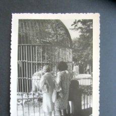 Fotografía antigua: AÑO 1960. RETIRO, MADRID. JAULA CON TIGRE. ANTIGUA FOTOGRAFÍA. 12 X 8,4 CM. . Lote 176822630