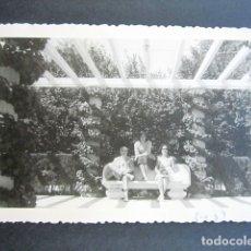 Fotografía antigua: AÑO 1960. RETIRO, MADRID. ANTIGUA FOTOGRAFÍA. 12 X 8,4 CM. . Lote 176822727