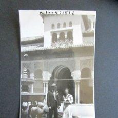 Fotografía antigua: AÑO 1932. GRANADA. PATIO DE LOS LEONES. ANTIGUA FOTOGRAFÍA. 11,3 X 7 CM. . Lote 176823127