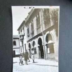 Fotografía antigua: AÑO 1932. GRANADA. UNA CALLA DE ALBAICÍN. ANTIGUA FOTOGRAFÍA. 11,3 X 7 CM. . Lote 176823220