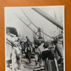 Fotografía antigua: FOTO ARCHIVO IMH BARCELONA ESCENA DEL PUERTO B-0029. Lote 176853863