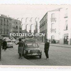 Fotografía antigua: FOTO ORIGINAL SEGOVIA VISTA DEL ACUEDUCTO COCHE SEAT RENAULT AÑO 1961. Lote 176924203
